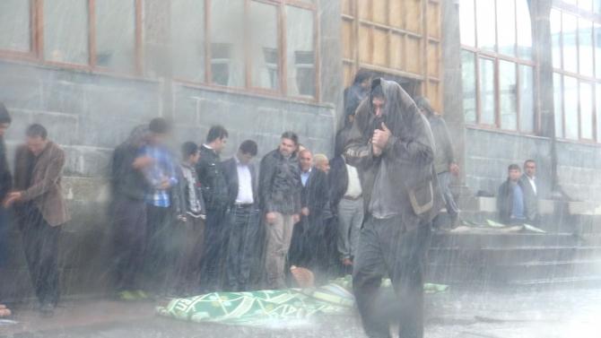 Yağmur Bastırınca Cemaat Camiden Çıkamadı 10