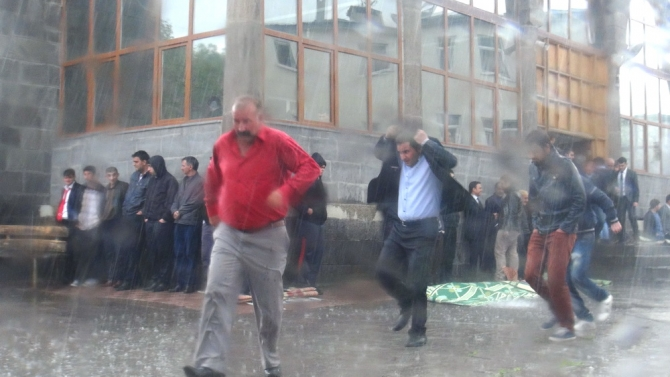 Yağmur Bastırınca Cemaat Camiden Çıkamadı 9