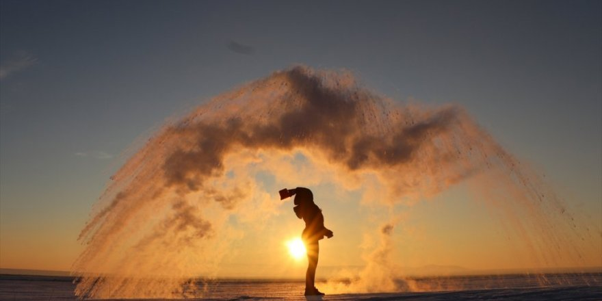 Havaya Serpilen Su Dondu