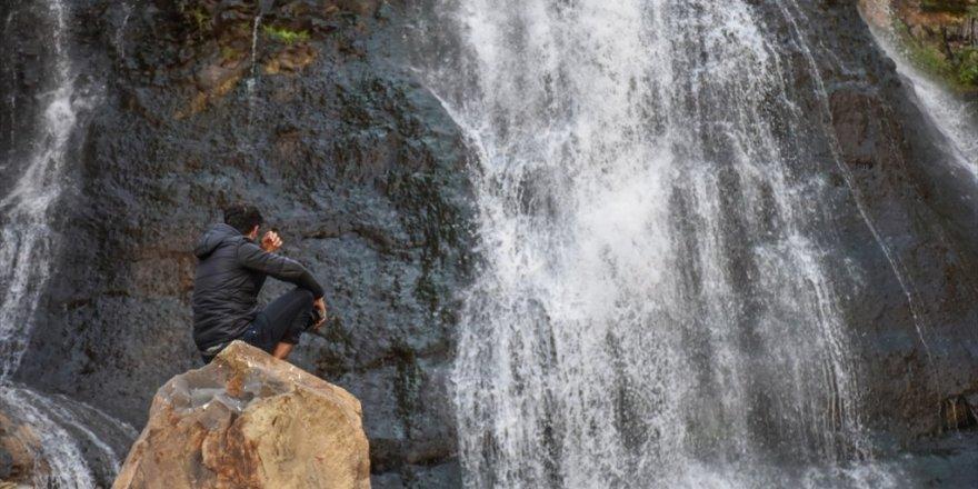 'Susuz Şelalesi' Görenleri Büyülüyor