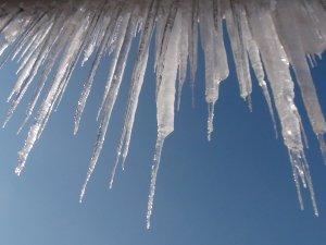 Çatıdan Başına 'Buz' Düştü