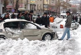Çatıdan Düşen Kar Hurdaya ÇEVİRDİ