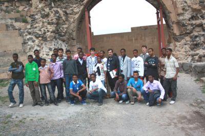 Kenyalı ve Somalili Öğrenciler KARSTA