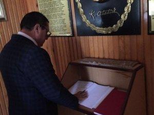 Azeri Başkan, Garnizon Şehitliğini Ziyaret Etti