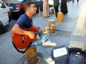 Gitar Çalarak Engelli Annesine ve Babasına Bakıyor