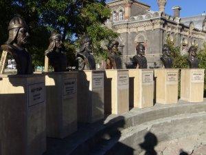 Kars'a 'Türk Büyükleri' Heykelleri