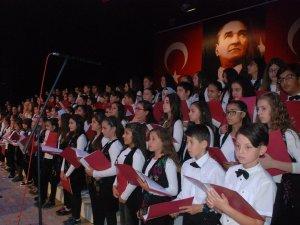 120 Kişilik Koro 8 Farklı Dilde Konser Verdi