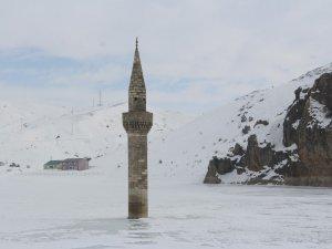 Buzlar Arasında Kalan Minare