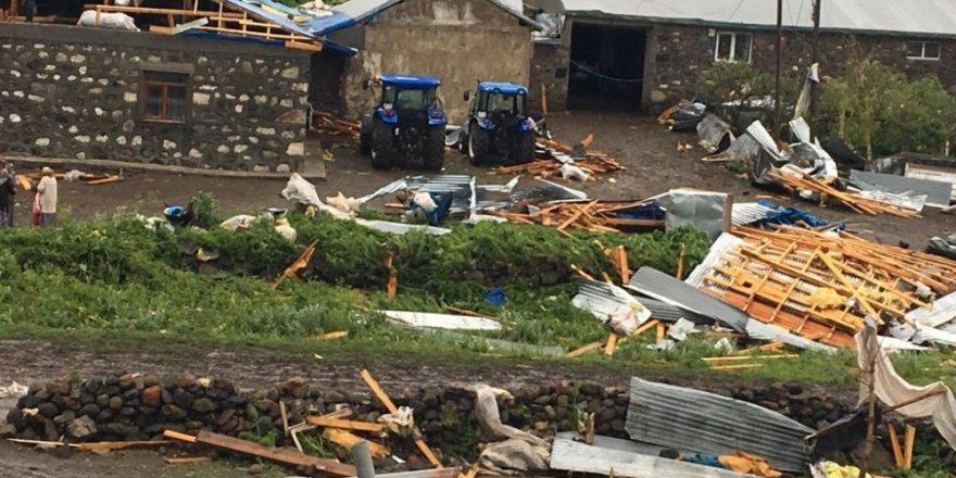 Susuz'da Şiddetli Rüzgar Çatıları Söktü