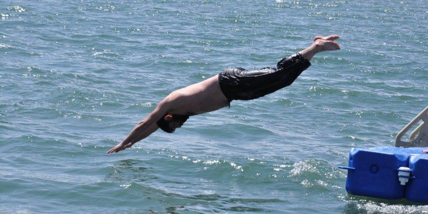 Karslılar Çıldır Gölü'nde Serinliyor