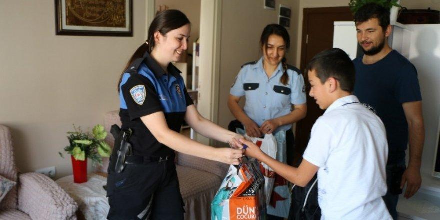 Polis, Kırtasiye Malzemesi Dağıttı