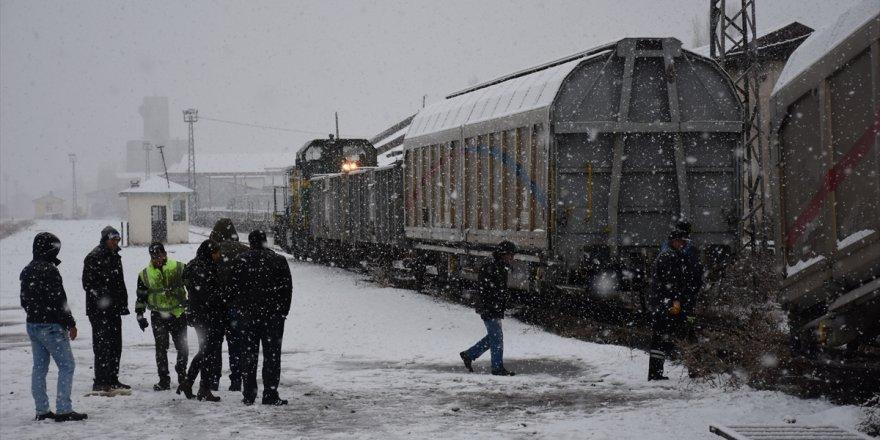 'Yük Treni'nin Vagonu Raydan Çıktı