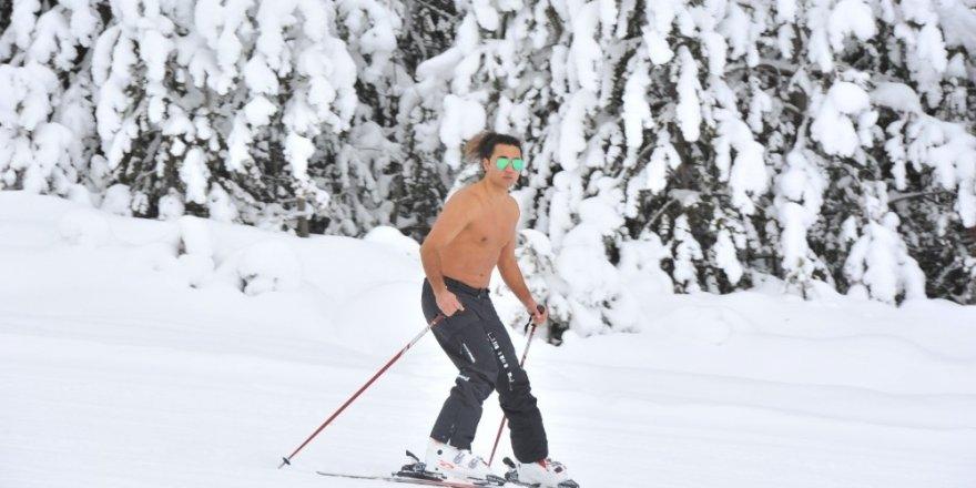 Sarıkamış'ta Yarı Çıplak Kayak Yaptı