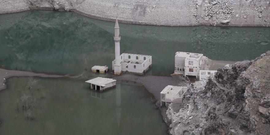 Baraj Suları Çekildi 'Köy' Ortaya Çıktı