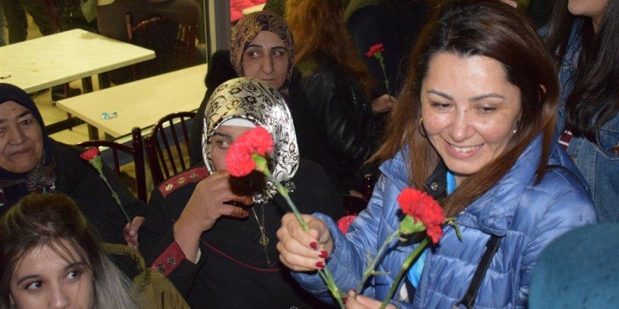 Şevin Alaca Annelere Karanfil Dağıttı