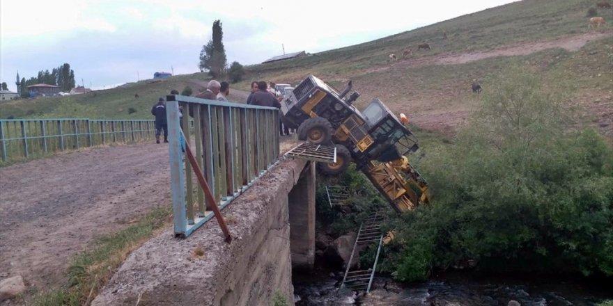 'Greyder' Köprüden Düştü
