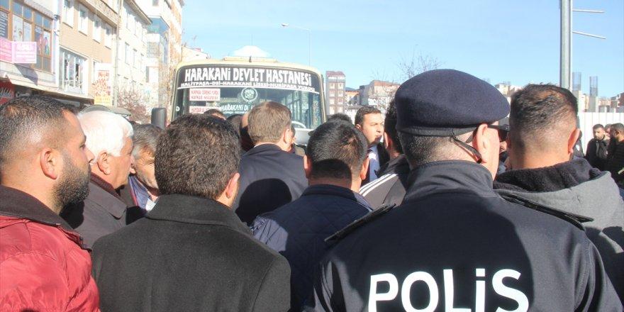 Kars'ta 'Dolmuşçular' Yol Kapattı