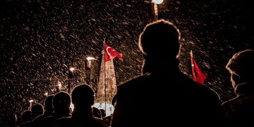 Kar Yağışı Altında Anma Programı