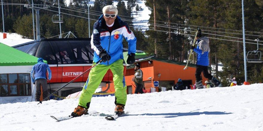 'Orhan Dede' Turistlere Kayak Öğretiyor