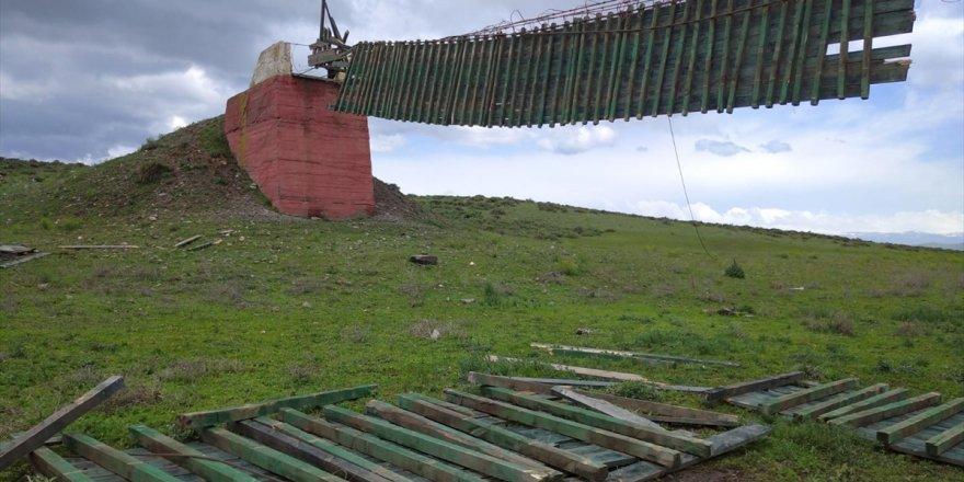 110 mt'lik Asma Köprü 'Fırtına'da Yıkıldı