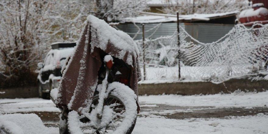 'Kars ve Bölge'de Kar Yağışı Etkili Oluyor