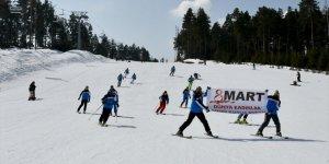 'Kadınlar Günü'nde Kayak Gösterisi Yapıldı
