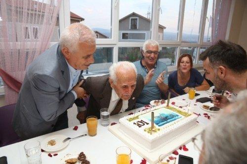 101 Yıldır Hiç İlaç Kullanmadı, Yeni Yaşını Pastayla Kutladı
