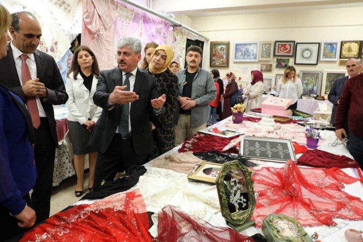 Kars'ta Halk Eğitim Kursiyerleri Sergi Açtı