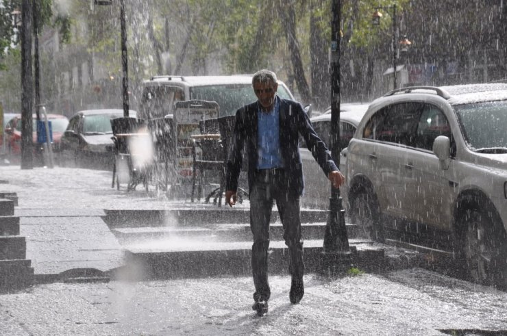Kars'ı Dolu ve Yağmur Vurdu