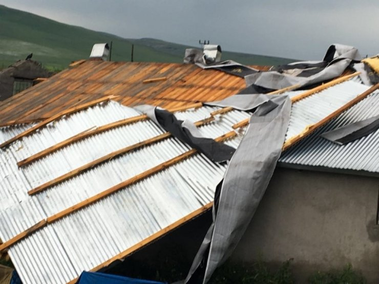 Kars'ta Şiddetli Rüzgar Çatıları Söktü