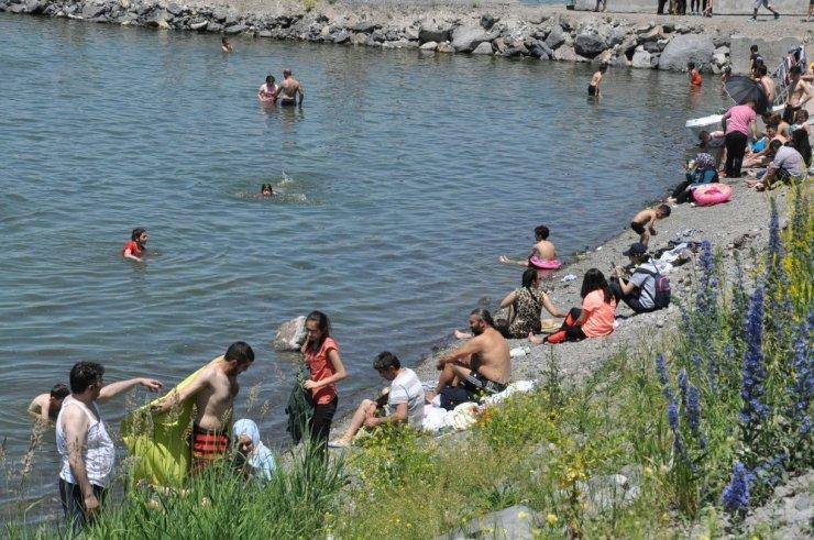 Sıcaklar Bunaltınca Çare 'Çıldır Gölü'nde