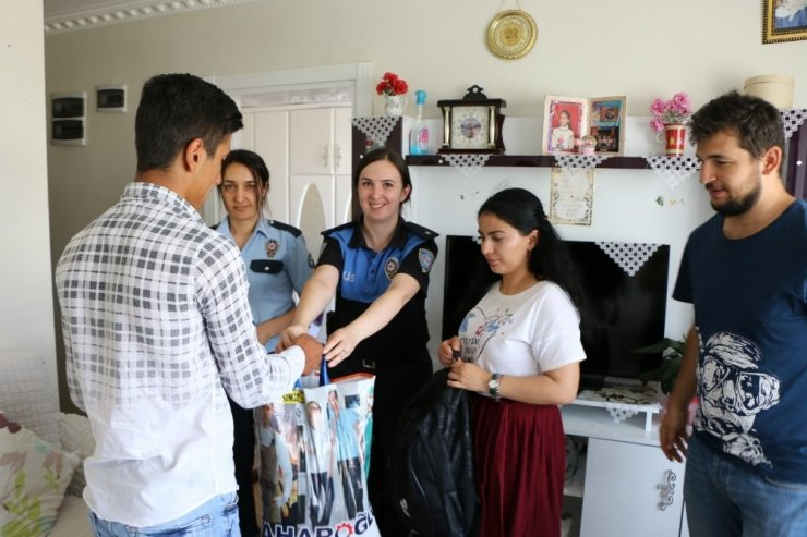 Kars Polisi Kırtasiye Malzemesi Dağıttı