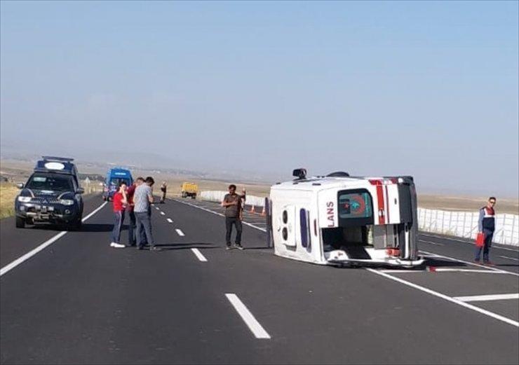Kars'ta Ambulans Devrildi: 5 Yaralı