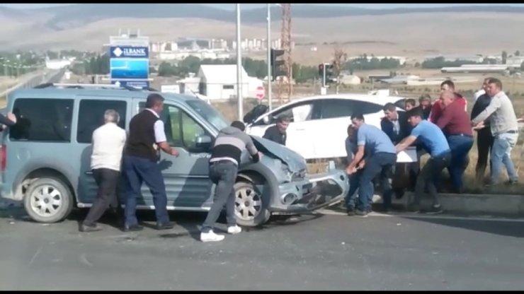 Sarıkamış'ta Trafik Kazası: 2 Yaralı