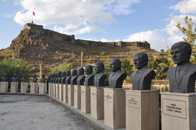 Kars'ta 'Aşık Heykelleri'