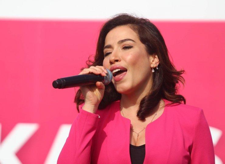 Şarkıcı Burcu Güneş'ten 'Pembe Konser