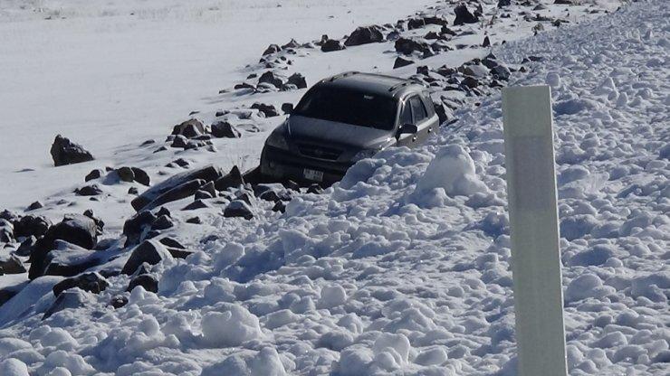 Buzda Kayan Otomobil Şarampole Düştü