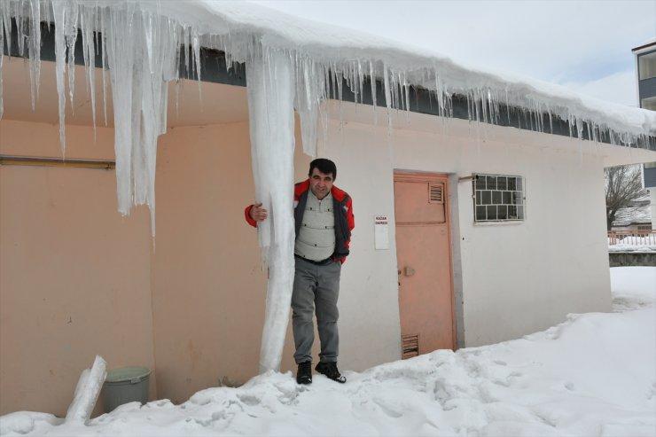 Sarıkamış'ta Buz Sarkıtları Temizleniyor