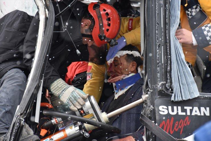 Kars'ta Trafik Kazası: 20 Yaralı