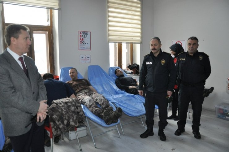 Polis, Kan Bağışında Bulundu