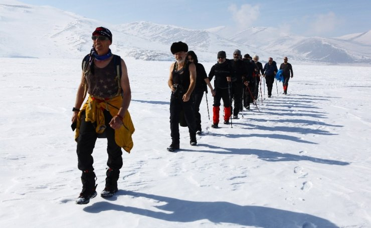 Gazeteciler Çıldır Gölü'nde Yürüdü
