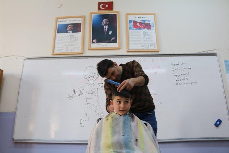Köy Çocuklarını Tıraş Ediyor