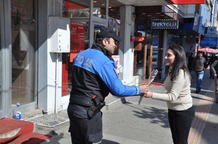 'TDP Polisi' Karanfil ve Broşür Dağıttı