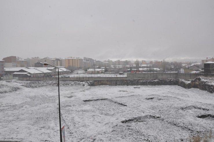 Kars'a Nisan Ayında Lapa Lapa Kar Yağdı