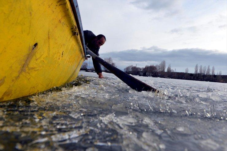 Balıkçılar Buzların Erimesini Bekliyor