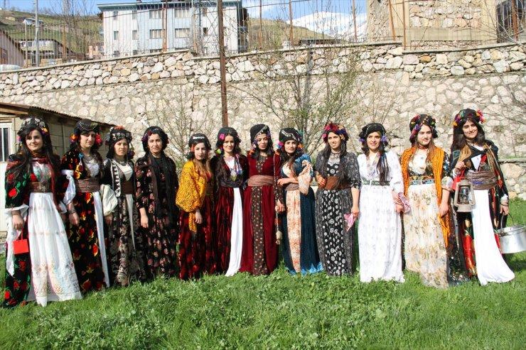 Hakkari'de Yöresel Kıyafetler Tanıtıldı