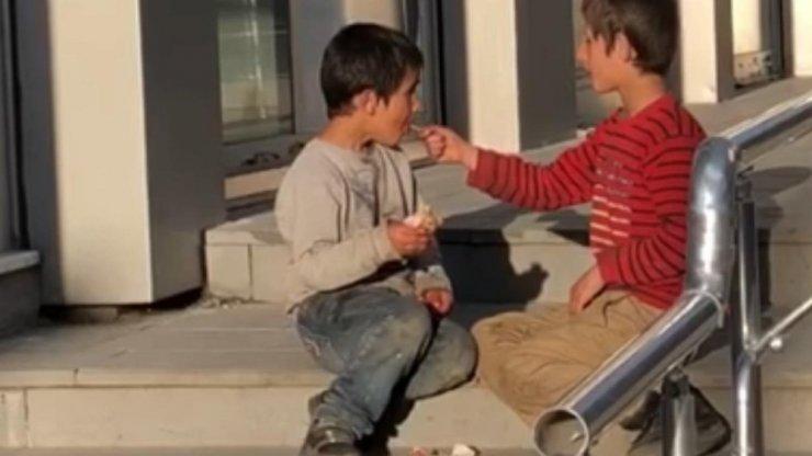 Sarıkamış'ta Çocukların Yemek Paylaşımı