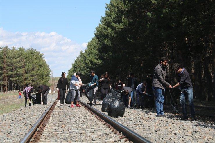 Öğrenciler 'Tren İstasyonu'nu Temizledi