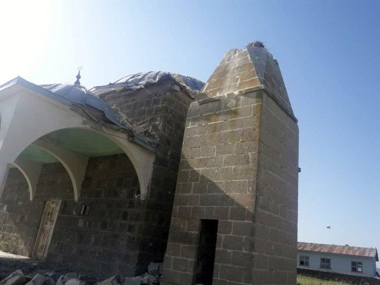 Yıldırım Düştü, Minare Yıkıldı
