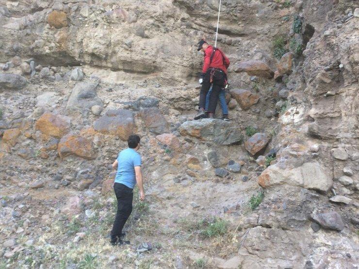Kayalıklardaki Mahsur Kalan Çocuk Kurtarıldı